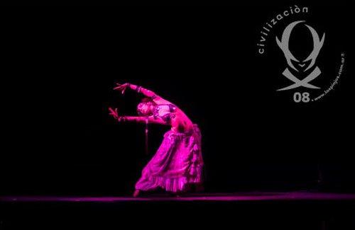 Emine, bailarina con Los Piojos